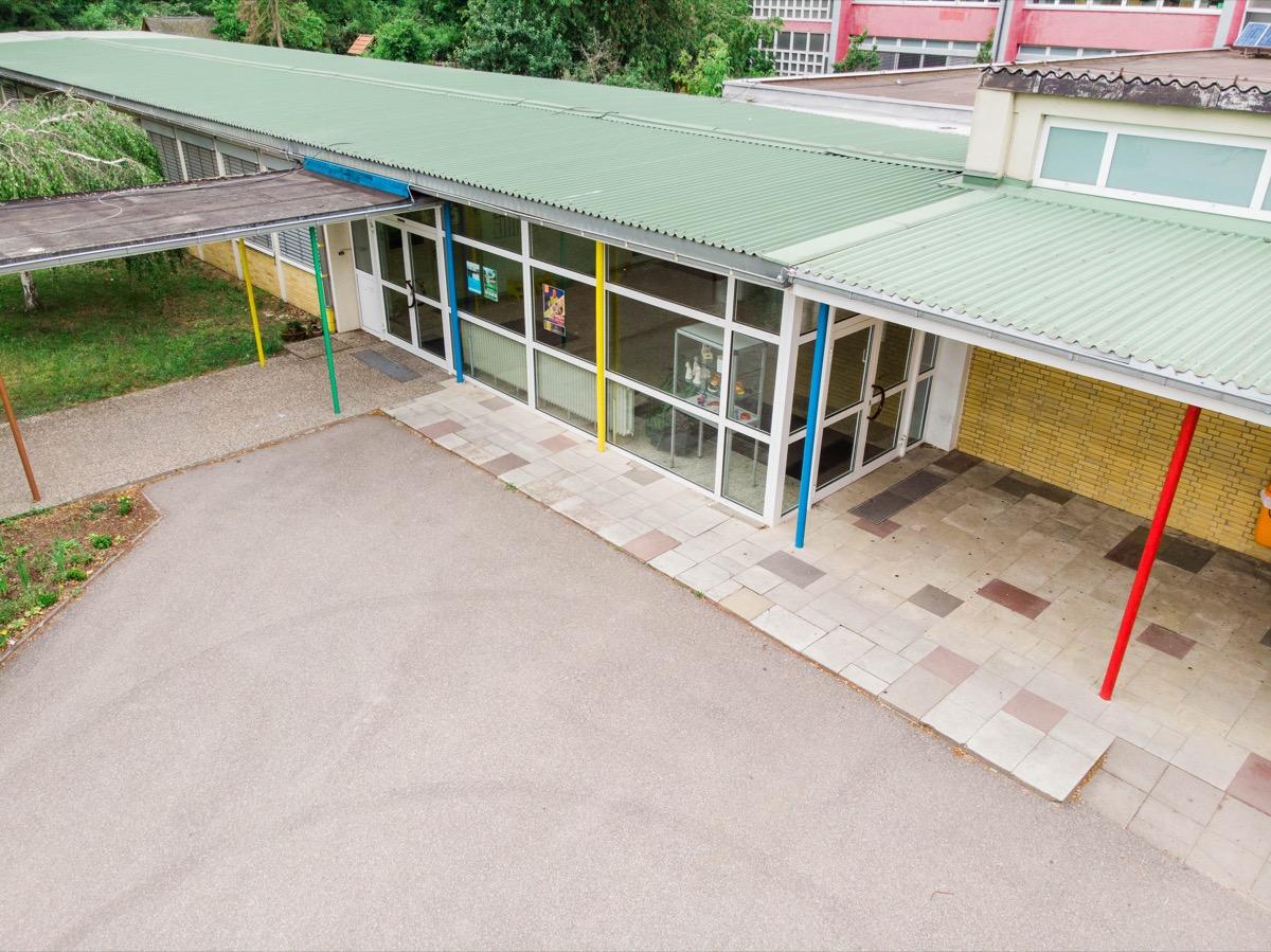 Schulgebäude Eingang von oben