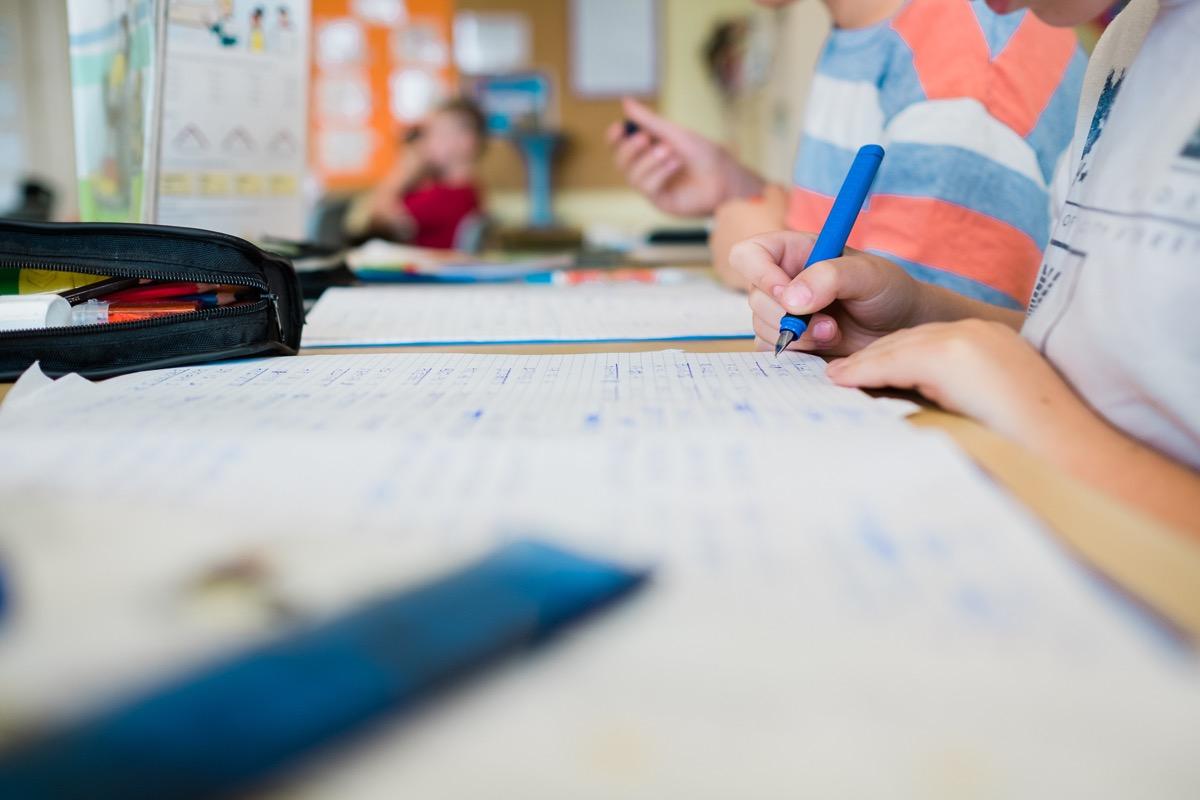 Kinder schreiben in ihre Hefte