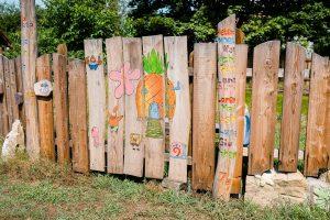 Schulgarten mit Zaun