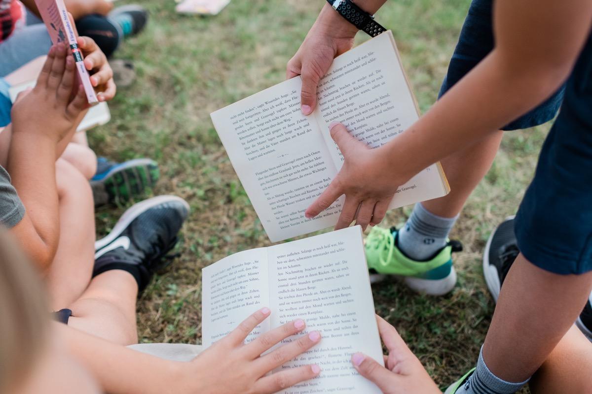Kinder mit Büchern in der Hand